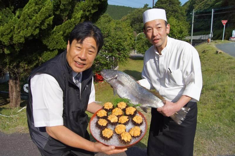 中西総料理長と【赤海胆】、長井さんと【大鮸】