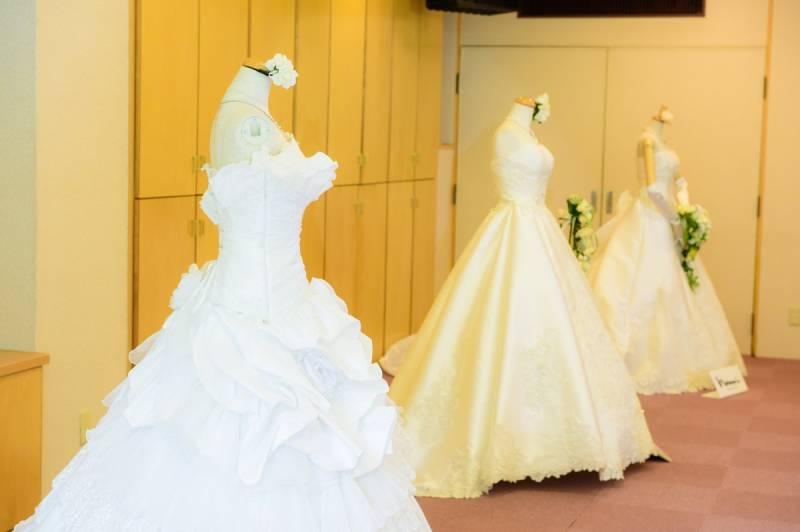 純白のドレスには、