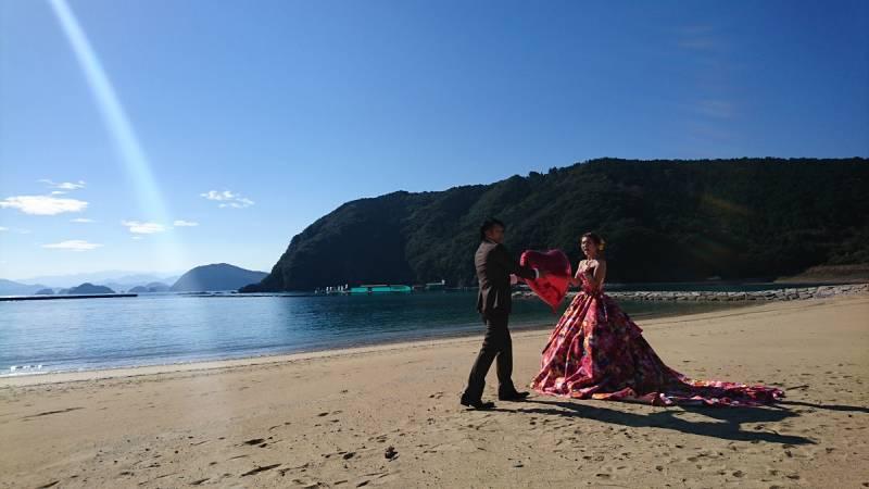 ドレスで海岸に出ると、特別な気分ですね。