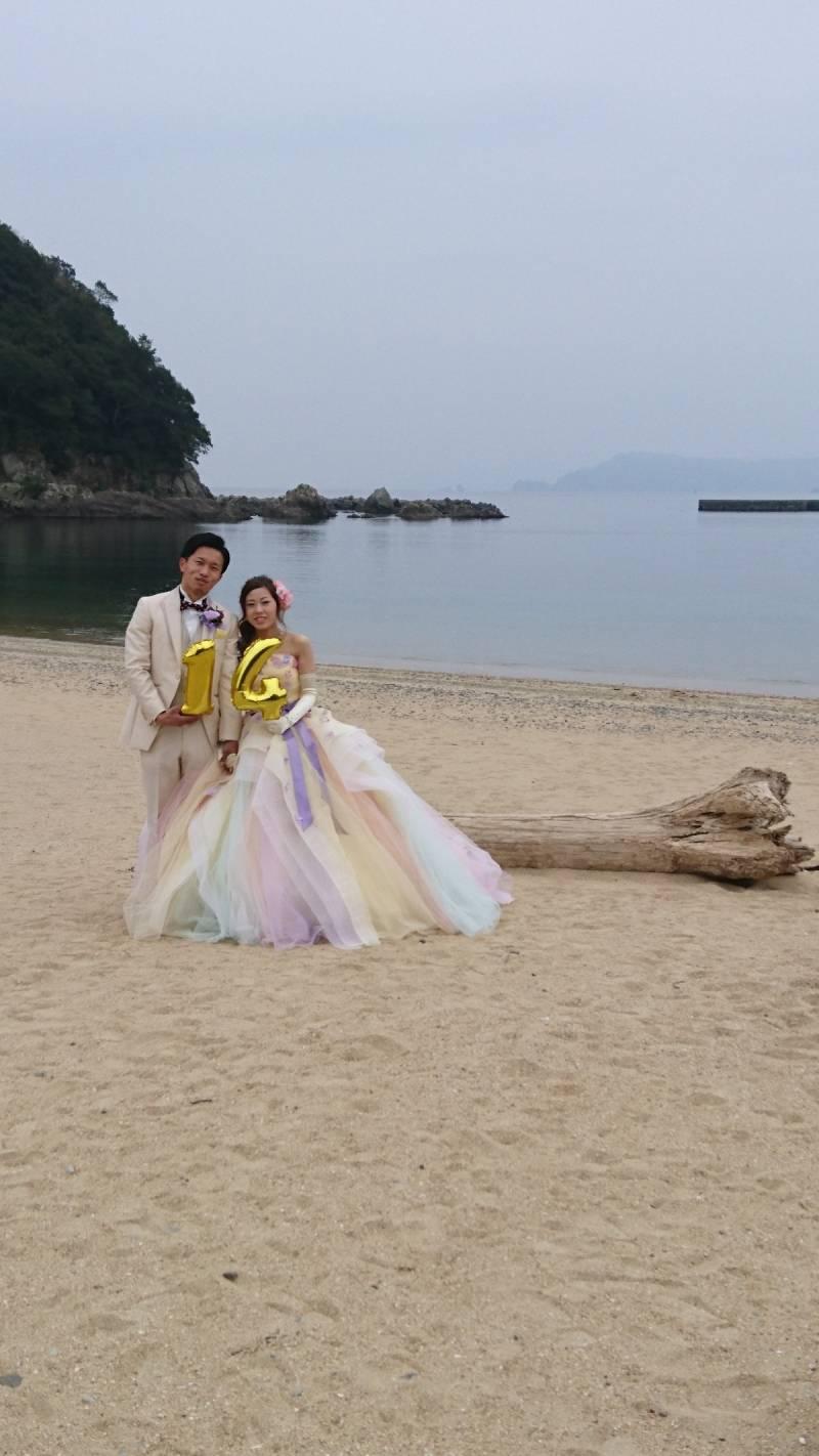 ドレス姿のまま海に行きました。