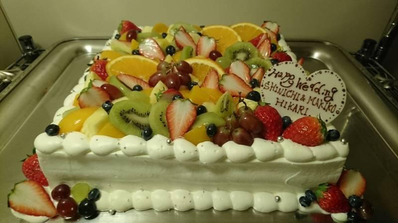 フルーツたっぷり生ウェディングケーキです。