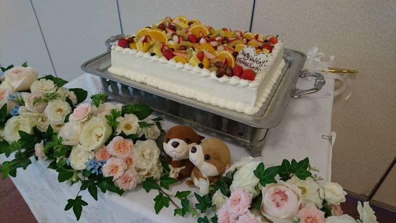 フルールたっぷりウェディングケーキ。思い出のカワウソちゃんのぬいぐるみと一緒に。