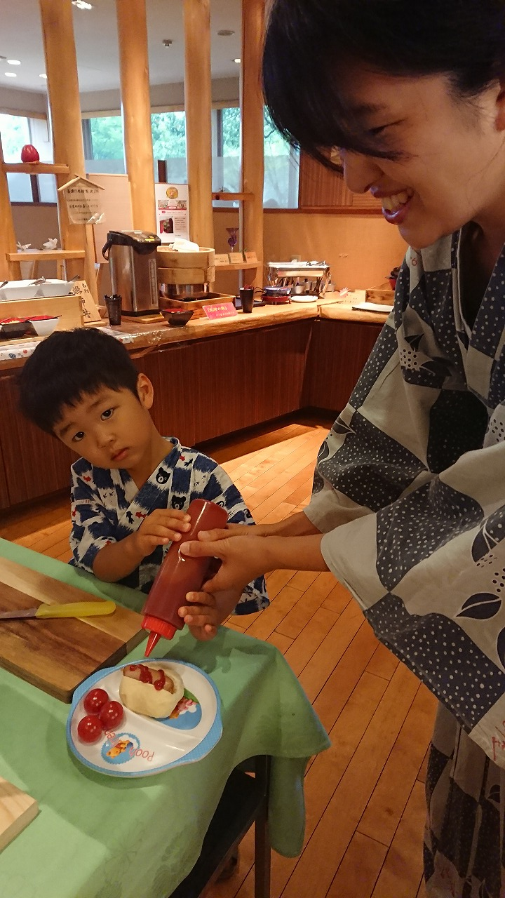 朝食で6月の日曜日限定【特設コーナー】でホットドッグ作り!