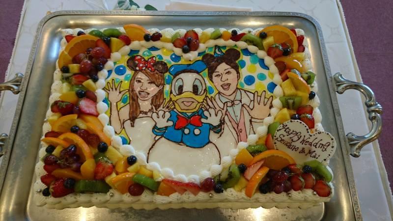 フルーツもたっぷりドナルドウェディングケーキ。そして当日はなんとドナルドの誕生日。