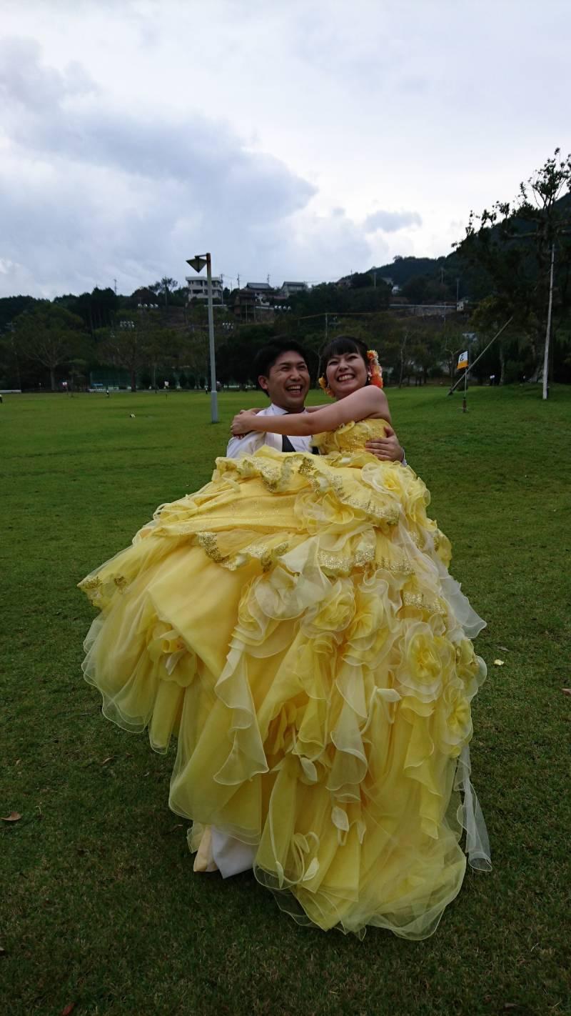 お姫様抱っこ、よいしょって笑っちゃて笑っちゃて。