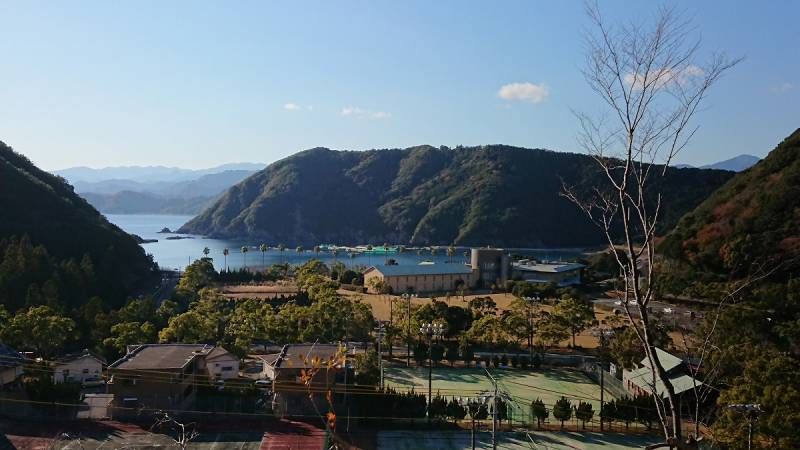 ホテル季の座は、熊野の海と熊野の山に囲まれた大自然の中に佇みます。