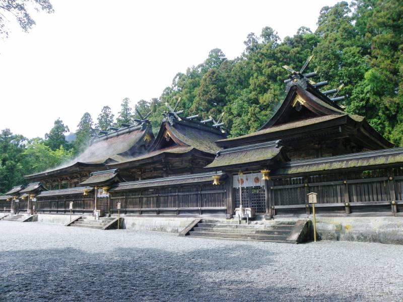 熊野三山を巡る【熊野本宮大社】。日本一の巨大鳥居、八咫烏が舞い降りし甦りの聖地。季の座からお車で約1時間50分