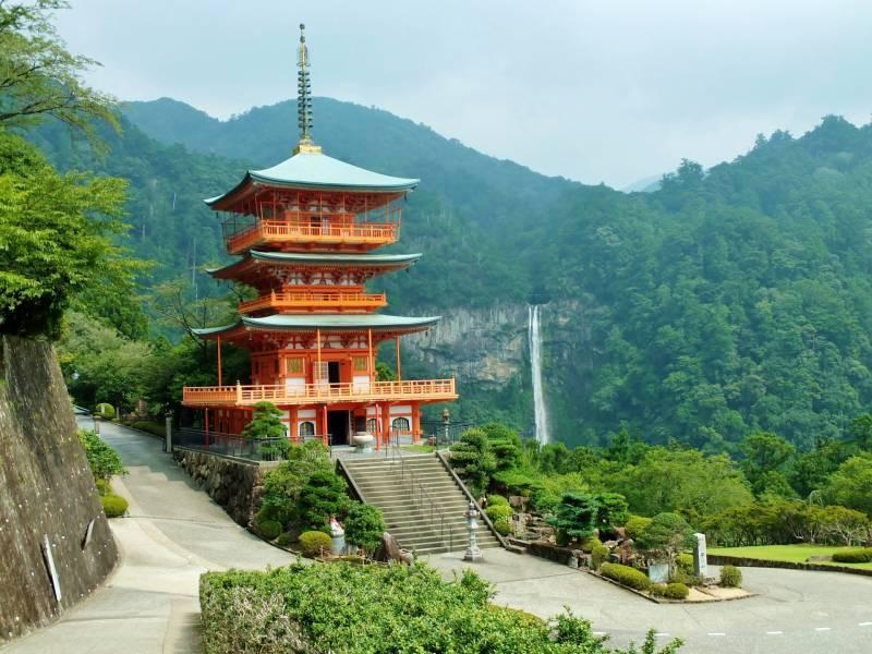 熊野三山を巡る【熊野那智大社】。高さ・水量ともに日本一の那智の滝。季の座からお車で約2時間分