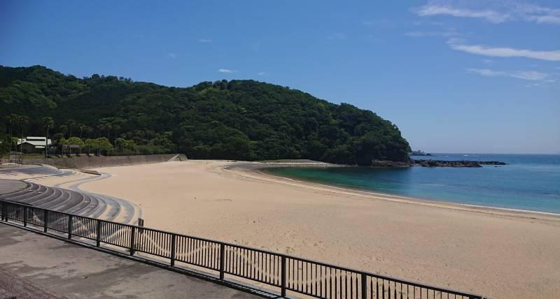 「ホテル季の座」と「城ノ浜海水浴場」。
