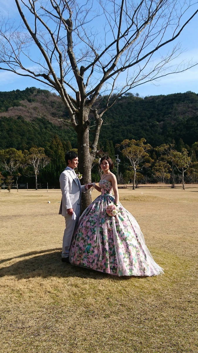 お色直し其の二:花柄ドレス。新婦さまの雰囲気にぴったり。